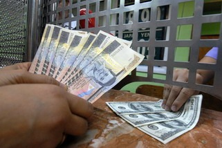 Philippines may halve global debt sale in 2015 to $750 million